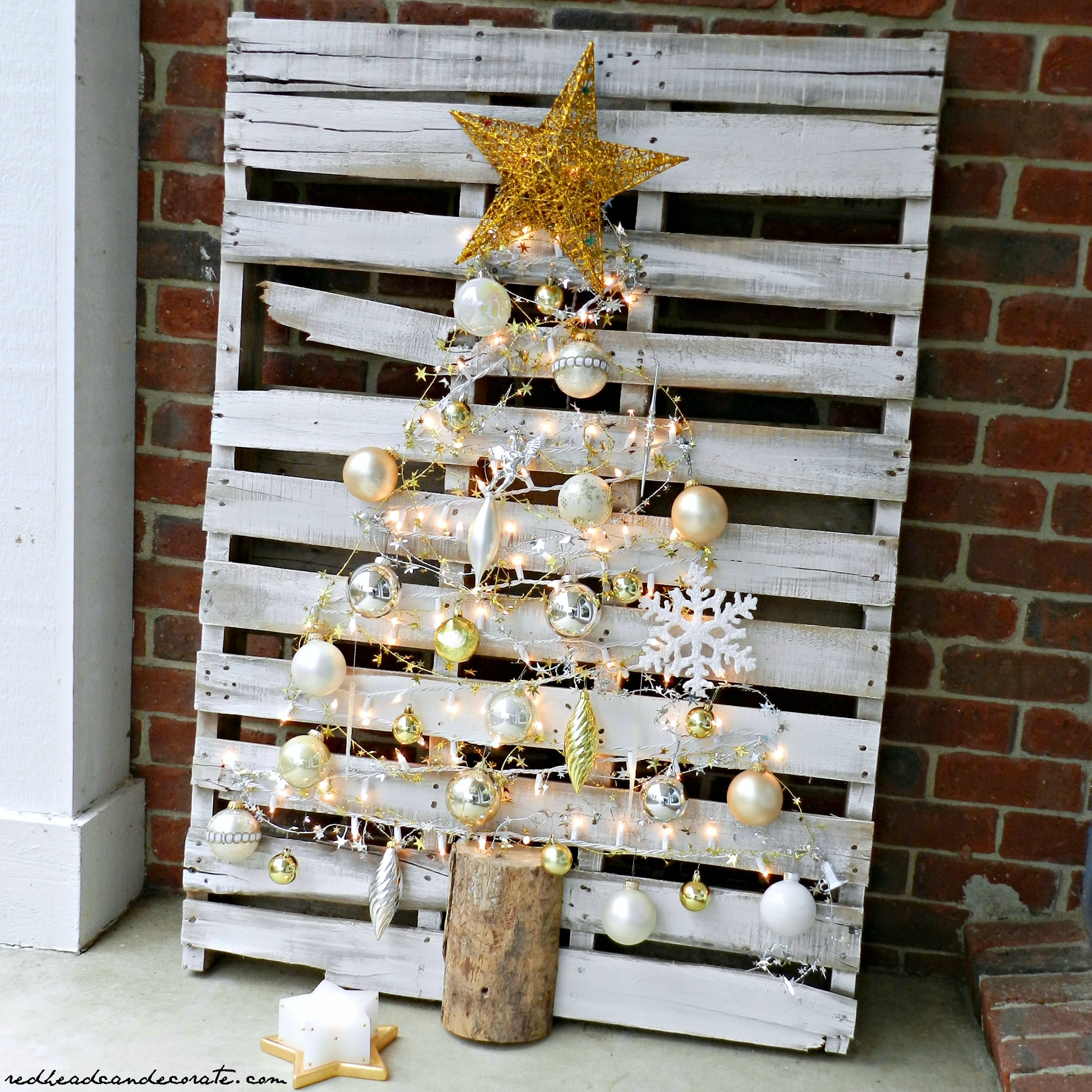 Pallet christmas tree redhead can decorate for Palette bois deco