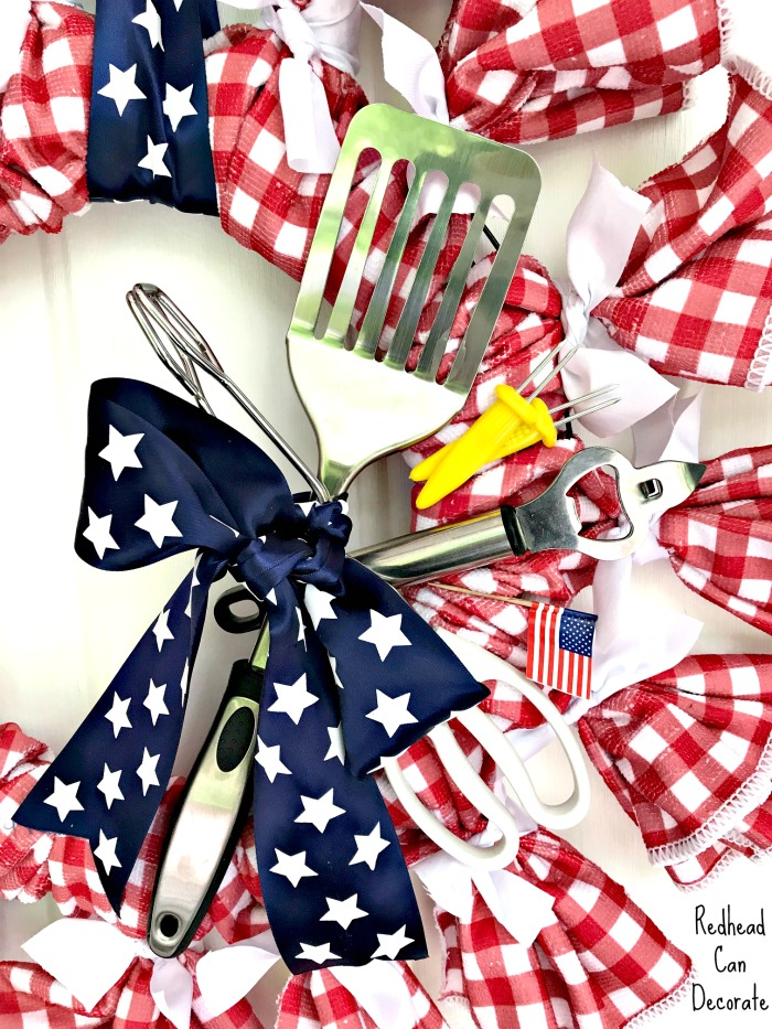 This is the cutest wreath ever and it's all from the dollar store! Click for full tutorial: DIY Dollar Store Patriotic BBQ Picnic Wreath